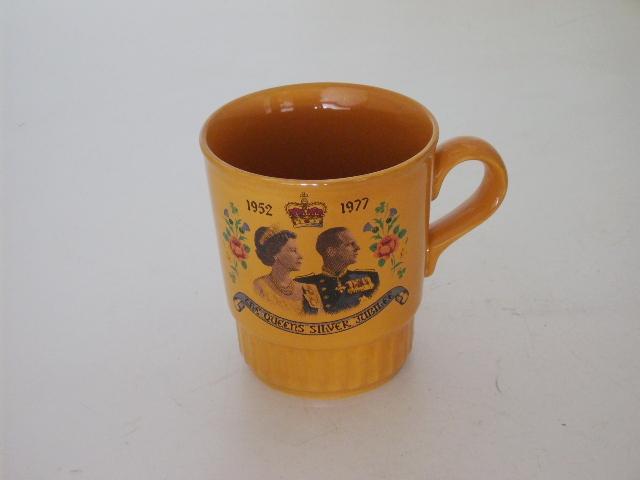 ビンテージ/コレクタブル 英国王室グッズ 英国王室 カップ 黄色(エリザベス女王戴冠26周年 Silver Jubileeマグ)
