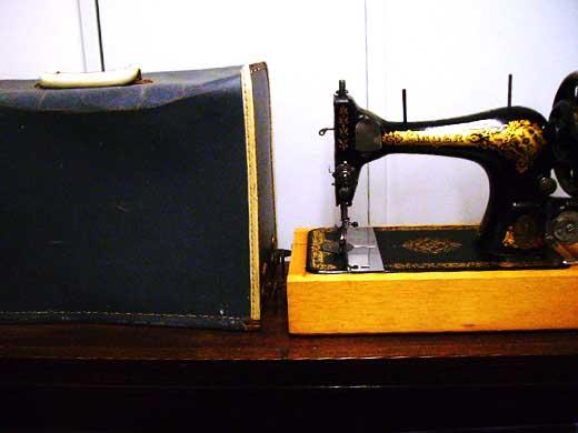 SINGER  手動ミシン 箱付き,タイプライター・ミシン・機械もの類,