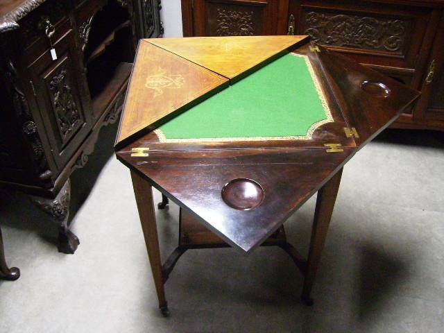 ゲームテーブル(折りたたみ式・象嵌)を半分開いたところ