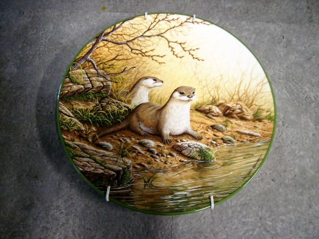 画像1: ロイヤルドルトン(Royal Doulton)  ウォールプレート Otter pair on a River Bank 箱付き シリアルナンバー入り
