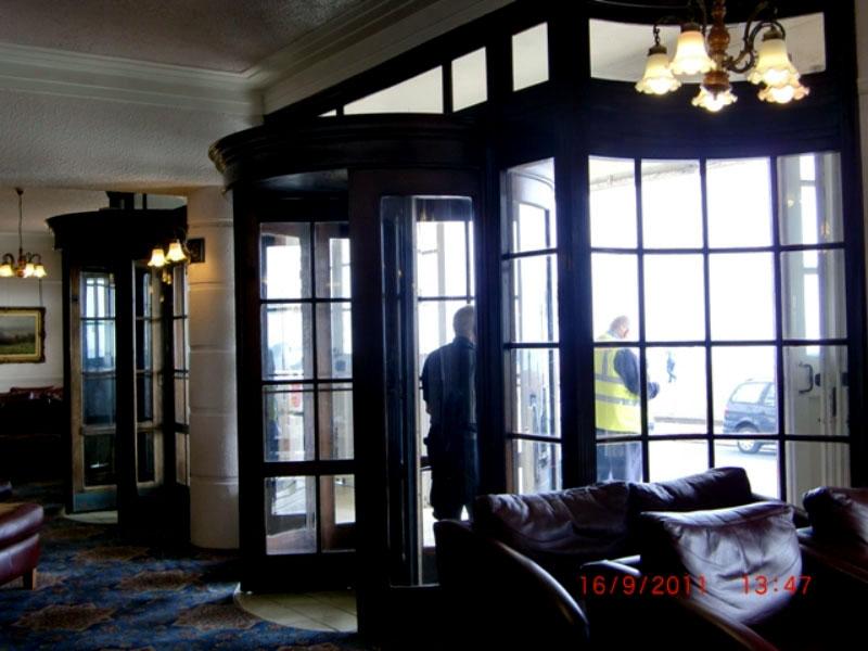 画像3: 回転ドアx2 周りの木枠(アッセンブリ)