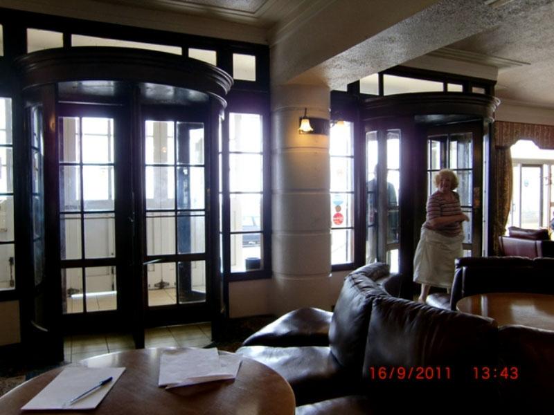 画像5: 回転ドアx2 周りの木枠(アッセンブリ)