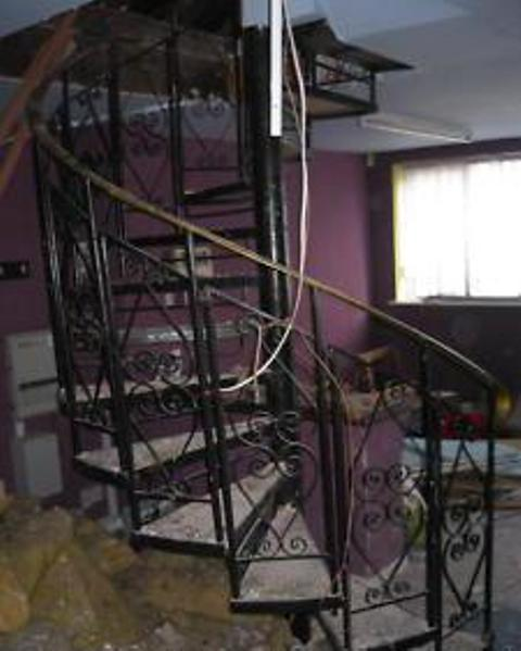 画像1: 螺旋階段