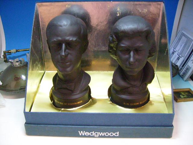 画像1: 英国王室 エリザベス銀婚式  Wedgewood ブラックバサルト 箱付き