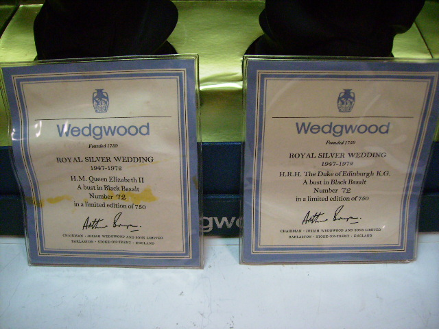 画像3: 英国王室 エリザベス銀婚式  Wedgewood ブラックバサルト 箱付き
